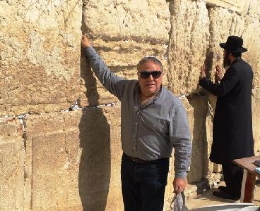 Lee Schrager at Western Wall for Press Release.jpg